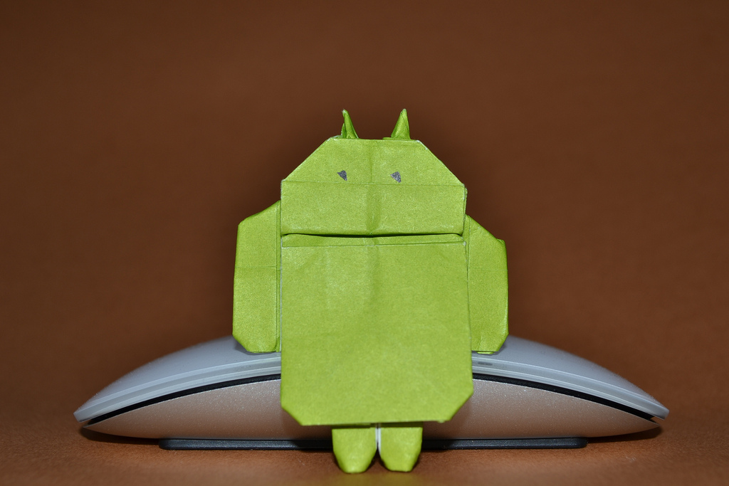 Android-Figur aus Pappier