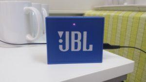 JBL Go Ultra beim Aufladen